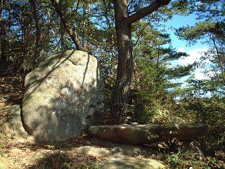 ドルメンの上にある供物台と呼ばれる岩